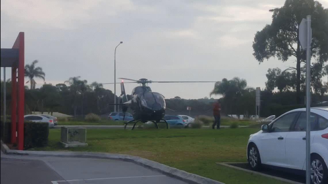 Australia: un hombre fue a comprar una hamburguesa en helicóptero