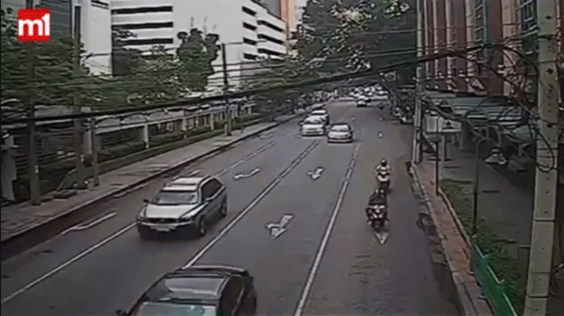 Tailandia: una motoquera murió aplastada por un poste de luz