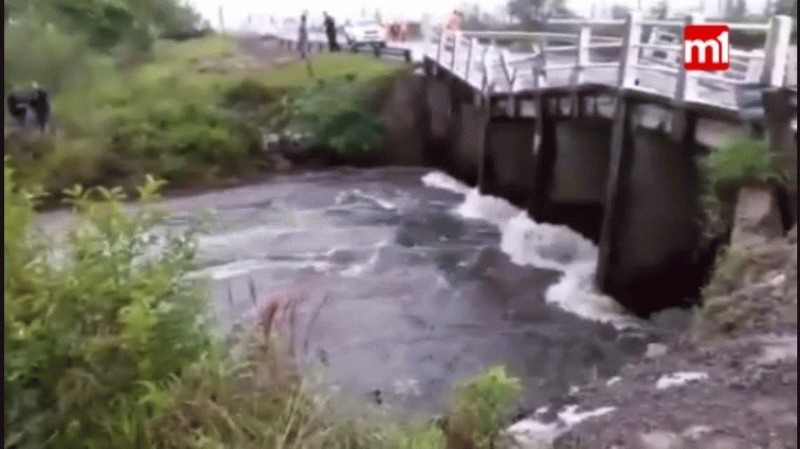 Colapsó un puente que unía a Posadas con Corrientes por las fuertes lluvias