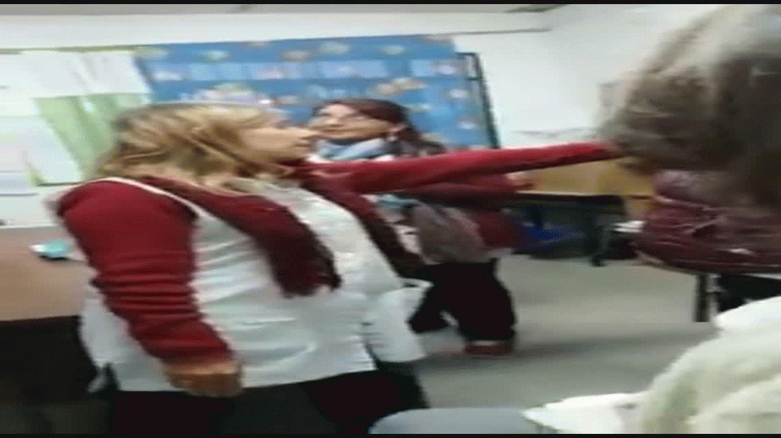 VIDEO: La brutal agresión de una mamá a una maestra en una escuela