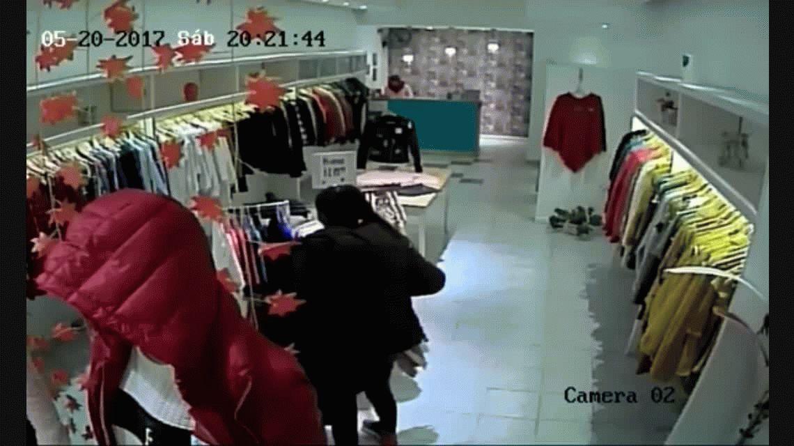 La empleada salió tras la ladrona