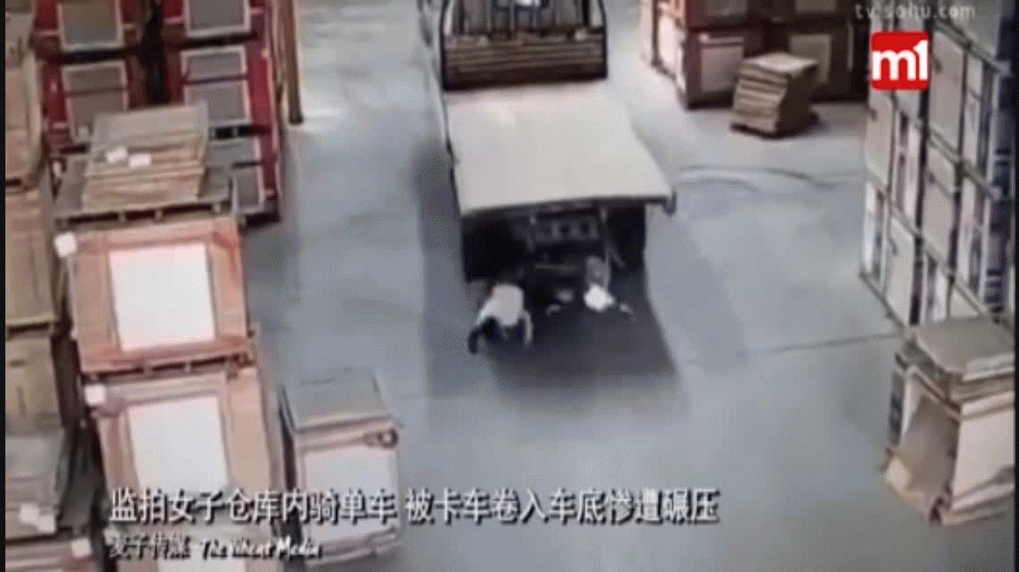 VIDEO: Un camión que daba marcha atrás pasó por arriba a una ciclista