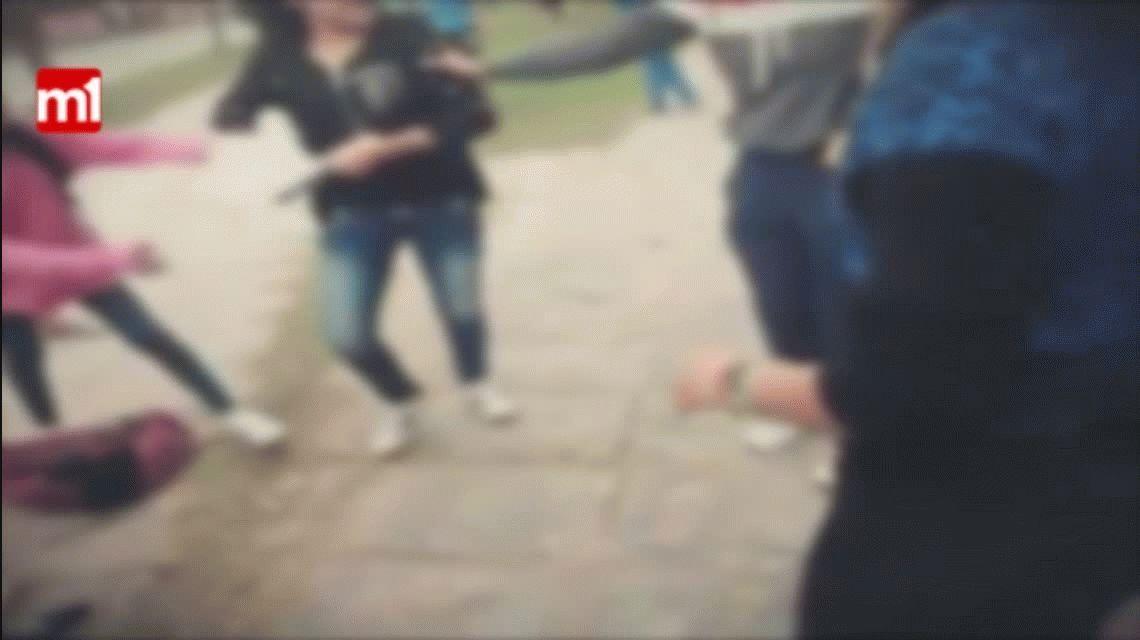 VIDEO: Una joven apuñaló a una compañera a la salida del colegio