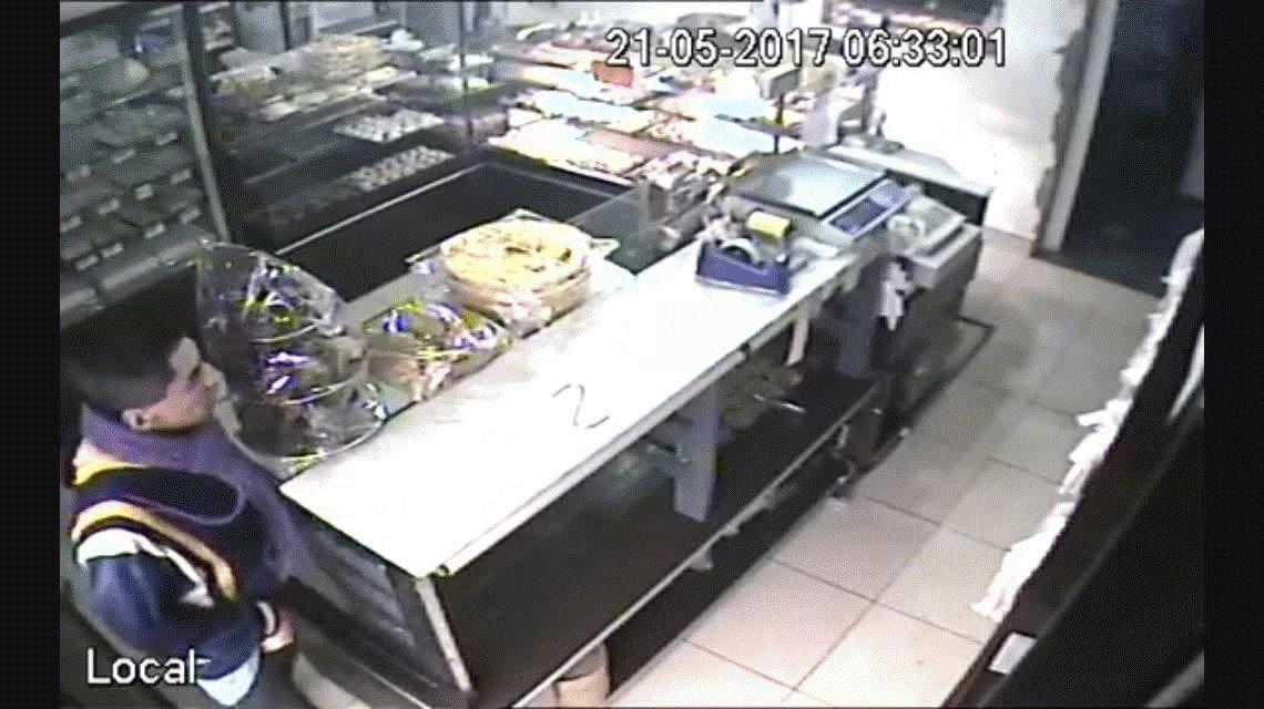 VIDEO: Entró a robar una panadería pero lo sacaron a palazos