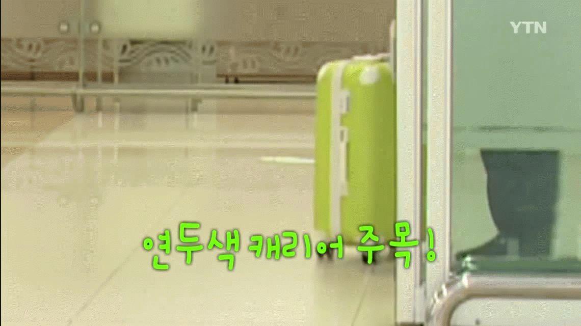 Un político surcoreano se viralizó por cómo le dio la valija a un asistente
