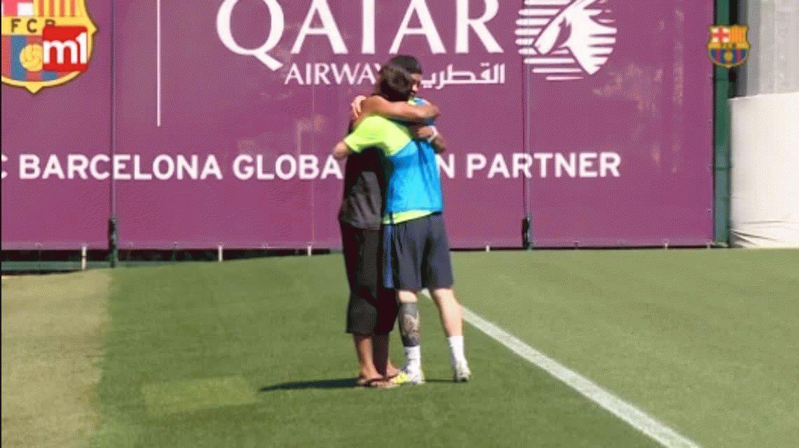 Una visita de lujo: Ronaldinho se reencontró con Lionel Messi en Barcelona
