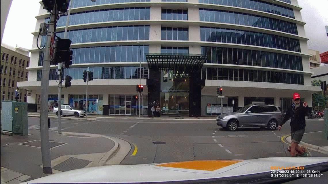 VIDEO: Insulta al conductor de un auto y se golpea con el semáforo