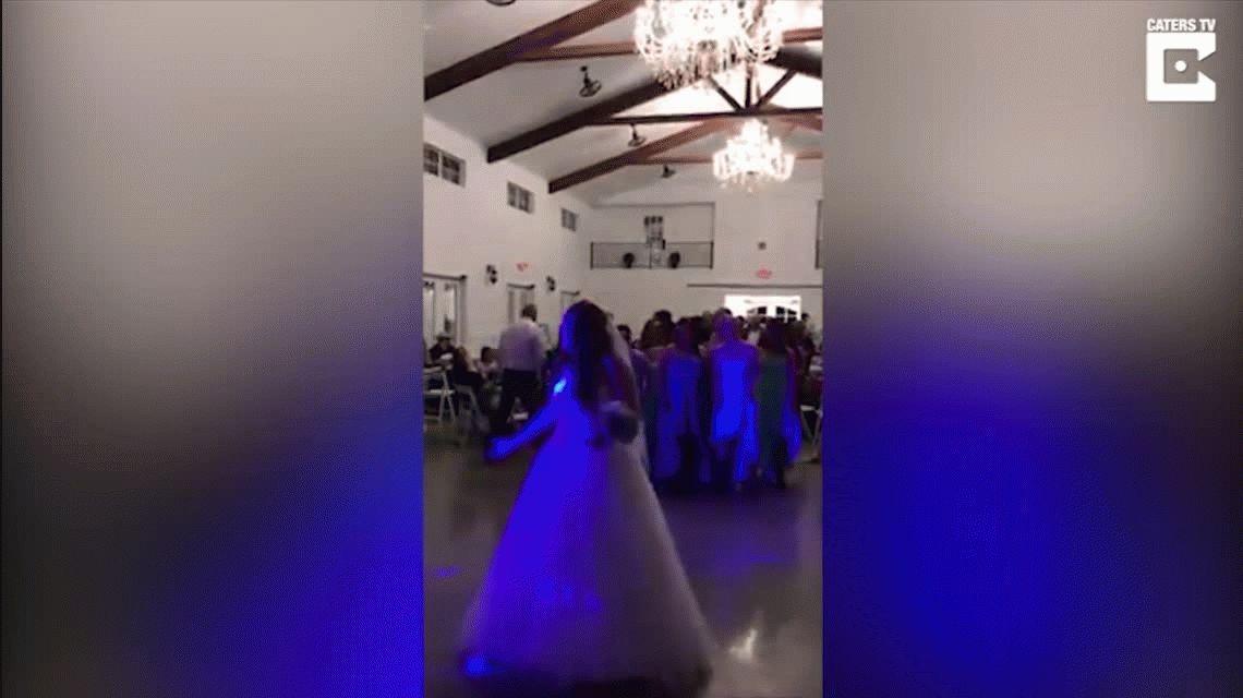 VIDEO: La novia con cáncer que conmueve al tirar la peluca en lugar del ramo
