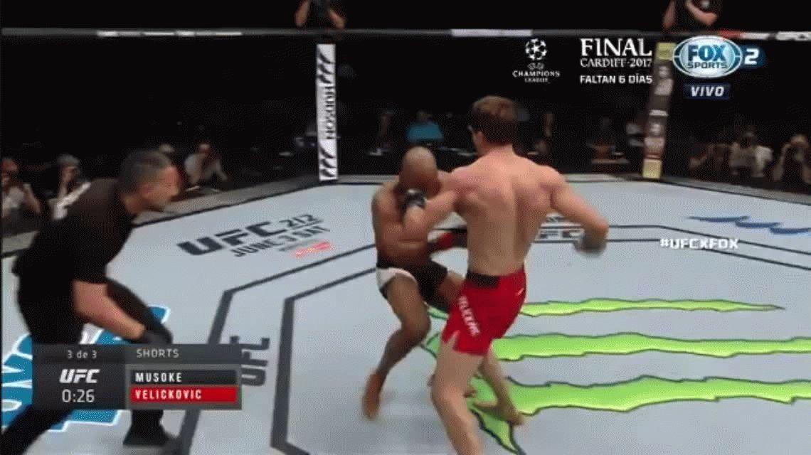 Este peleador de UFC estuvo bailando unos segundos antes de caer noqueado