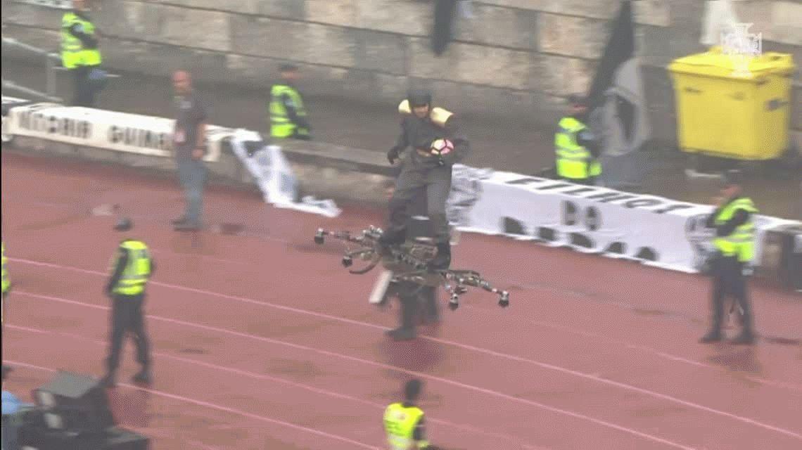 VIDEO: Un hombre volador le entregó la pelota de una final al referí