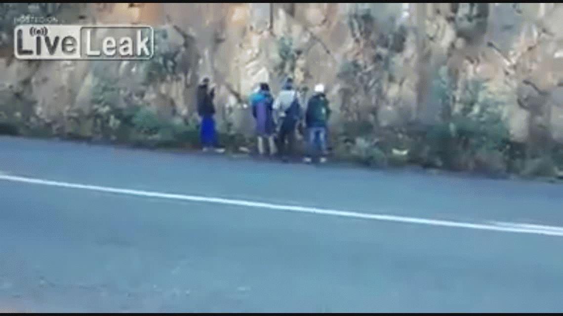 VIDEO: Policías castigan a delincuentes tirándoles manzanas