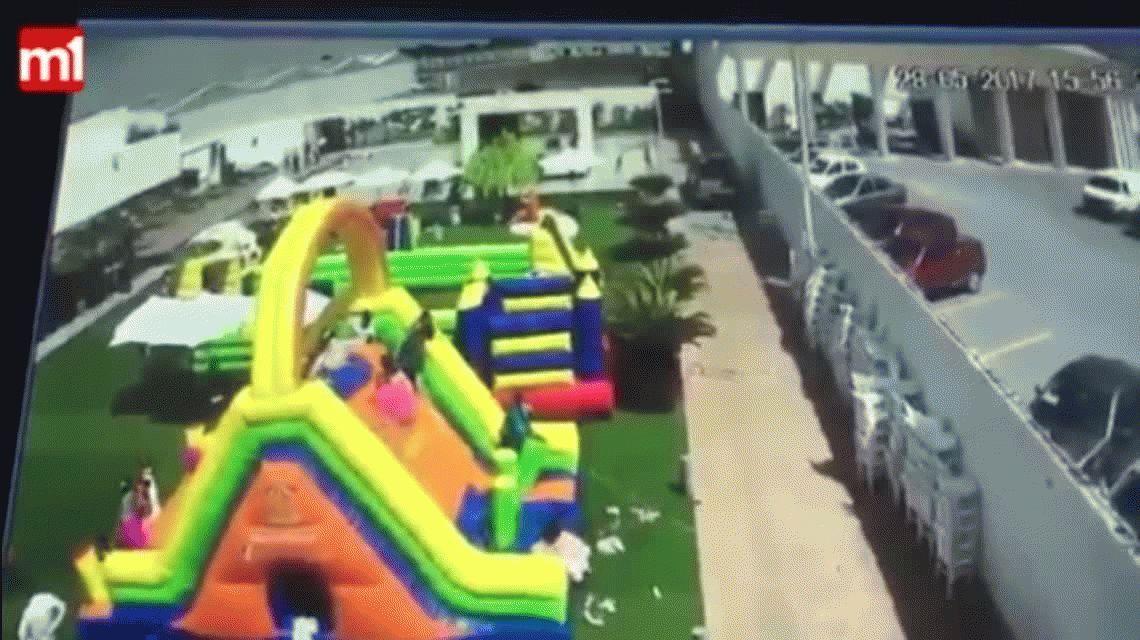 VIDEO: juegos inflables salieron volando y una nena está grave