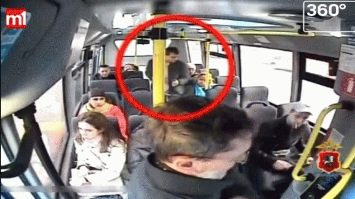 VIDEO: Así roba un ladrón en el colectivo sin que nadie se dé cuenta