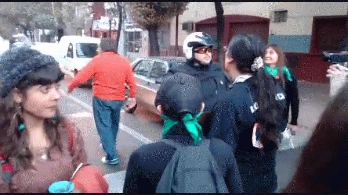 VIDEO: el cruce entre un conductor y las manifestantes de Ni una menos
