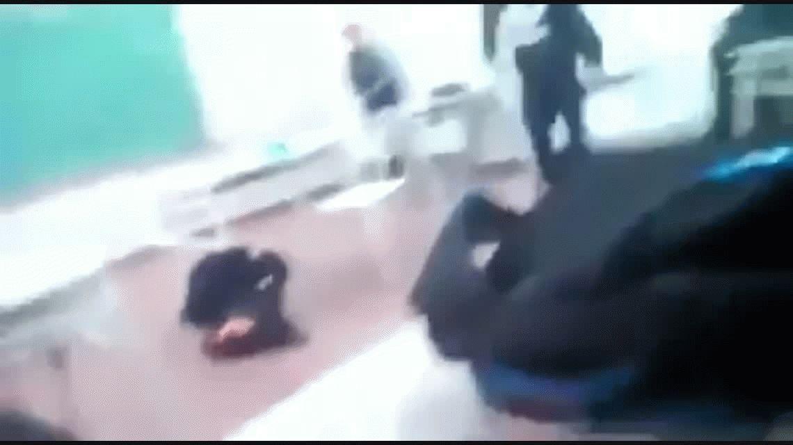 VIDEO: Una alumna golpeó brutalmente a una docente en plena clase