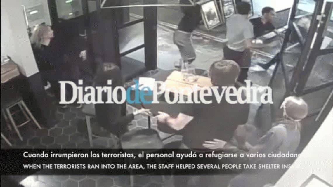 VIDEO: Empleados de un bar refugiaron a ciudadanos y le bloquearon la entrada a un terrorista