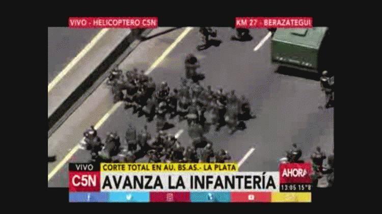 Infantería en el corte de la autopista Buenos Aires-La Plata