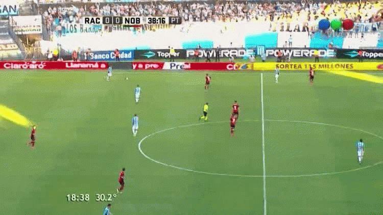 Gustavo Bou anotó el primer gol de Racing ante Newells en el Cilindro