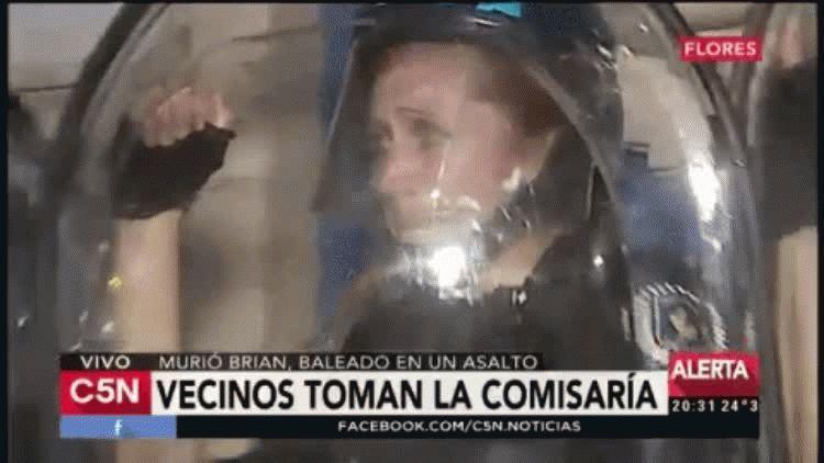 Llanto de una policía en la toma de la comisaría de Flores