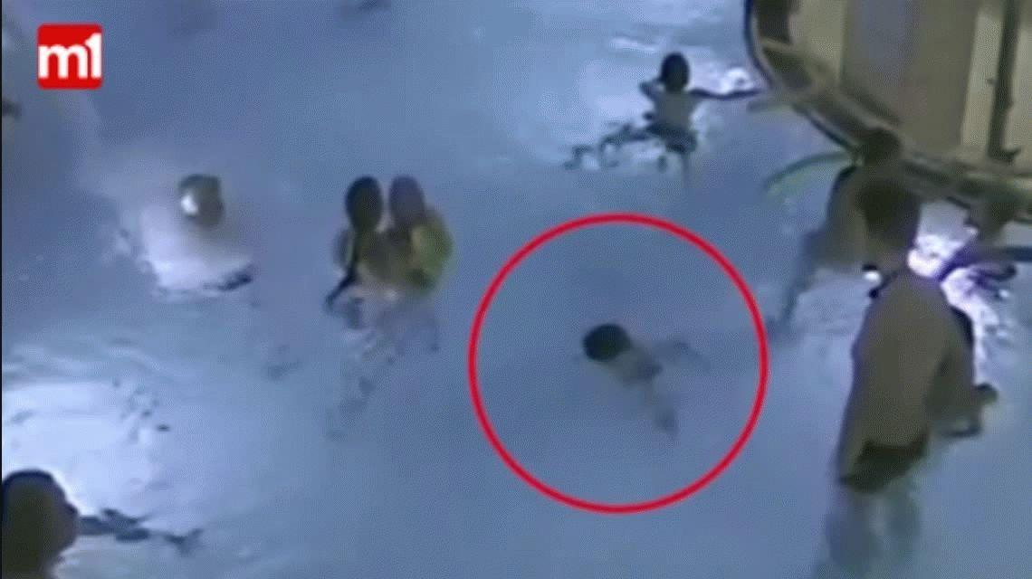 VIDEO: Un nene se ahoga en una pileta de Finlandia y nadie lo ve