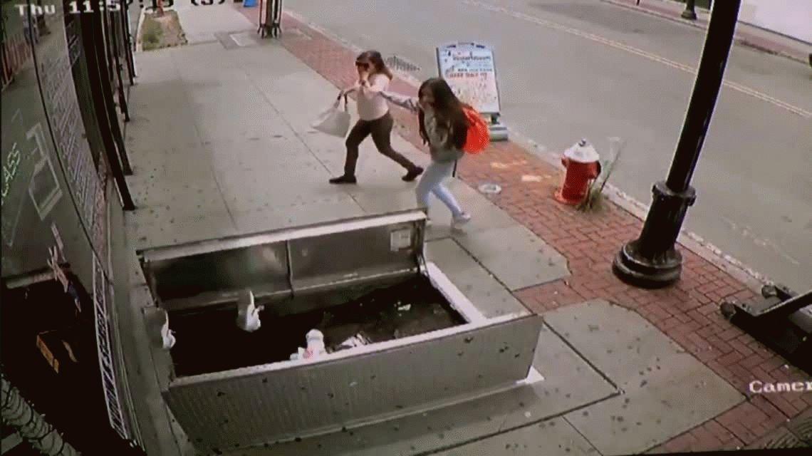 VIDEO: Una mujer se cayó en un pozo por mirar el celular