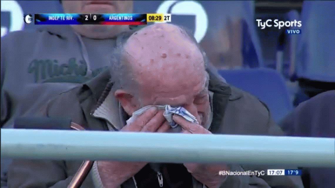 Un hincha de Independiente Rivadavia lloró por el peligro de descenso