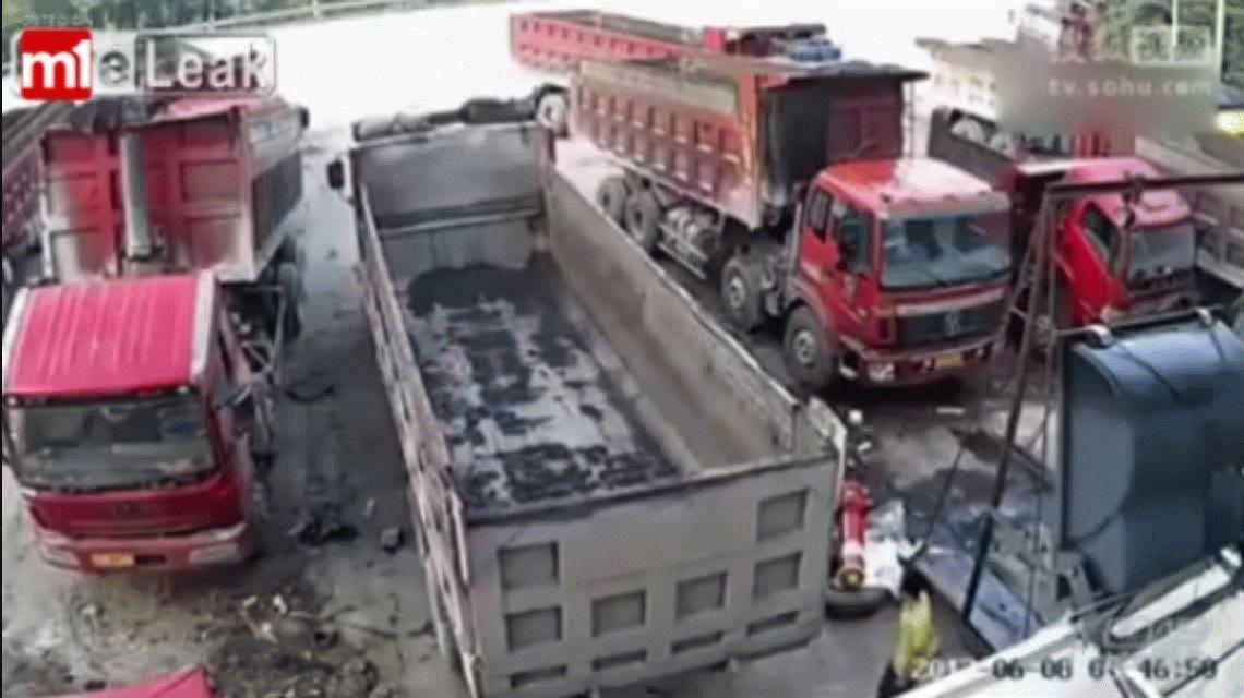 VIDEO: Un hombre muere aplastado de manera brutal entre dos camiones