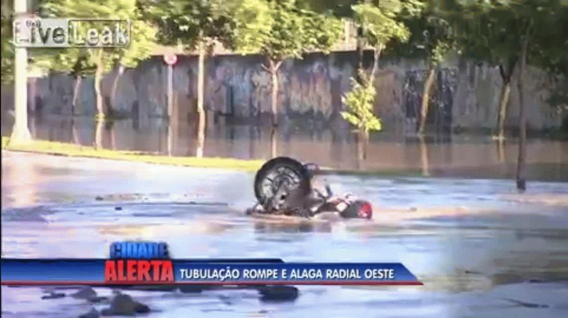 Terrible blooper: se cayeron con la moto en un pozo de agua en vivo