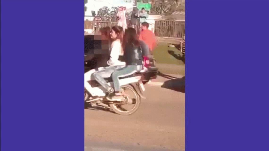 VIDEO: Se desnudó en la vía pública y un policía le pegó con un látigo