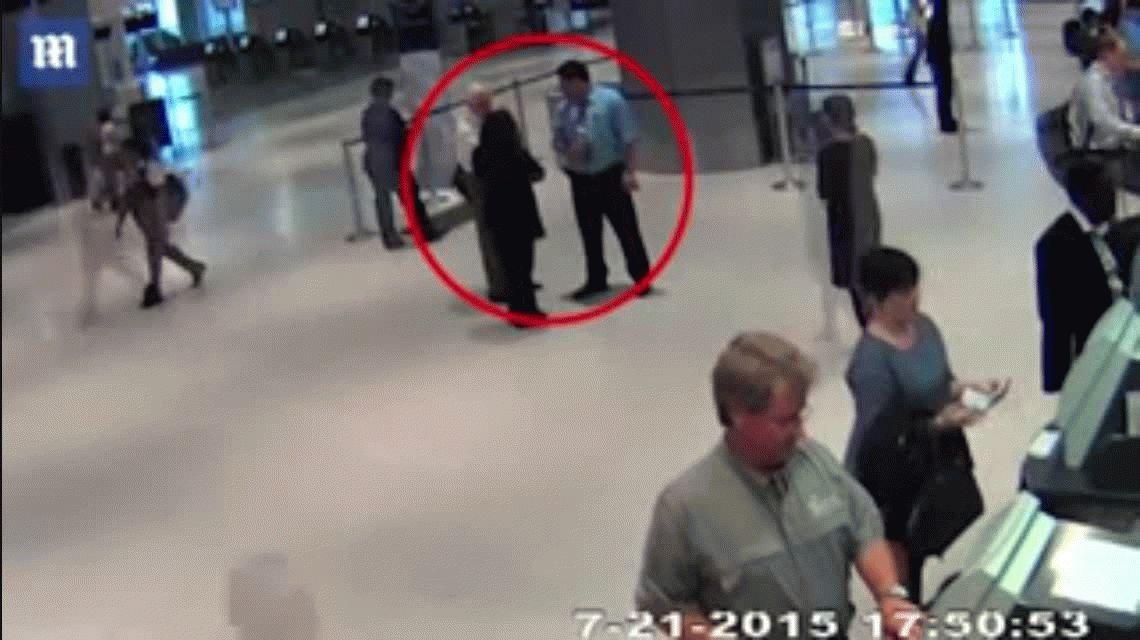 VIDEO: Empleado de United Airlines empuja a un abuelo y lo deja en el piso