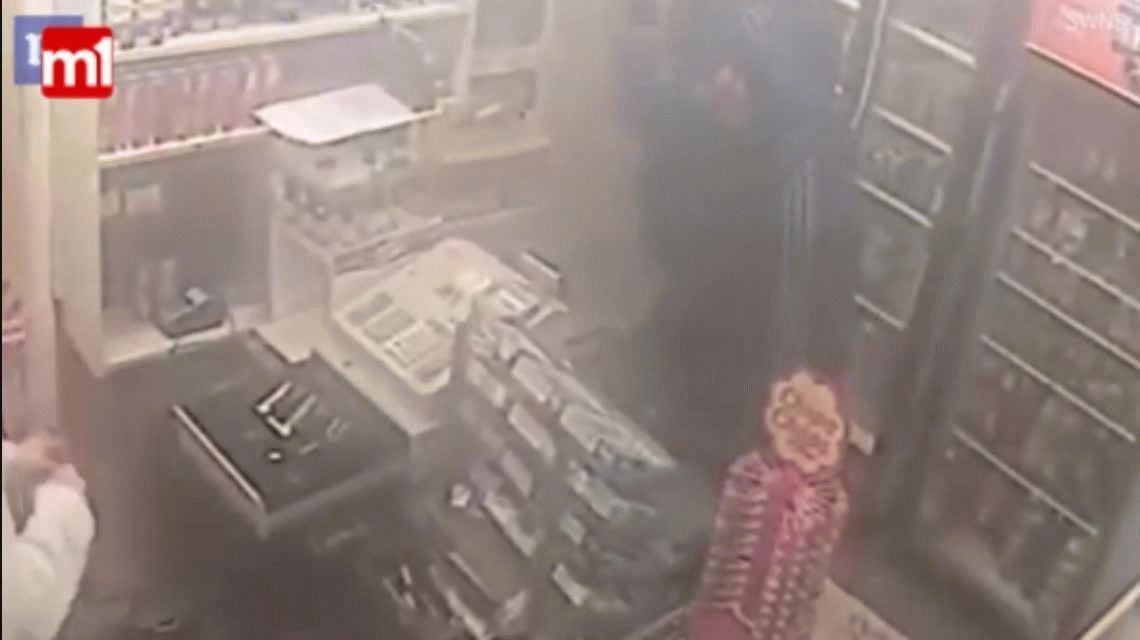 VIDEO: Valiente dueño de una tienda se enfrentó contra un ladrón y lo redujo