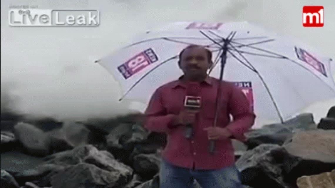 VIDEO: Una ola tapó en vivo a un presentador del clima