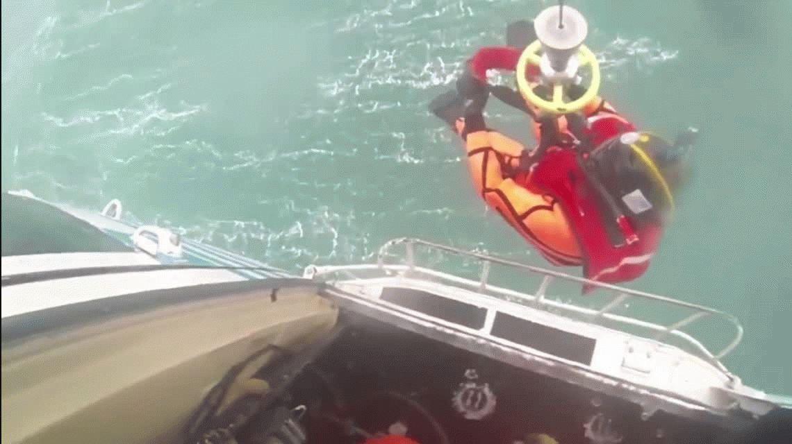 VIDEO: Así fue el rescate de uno de los sobrevivientes del buque Repunte