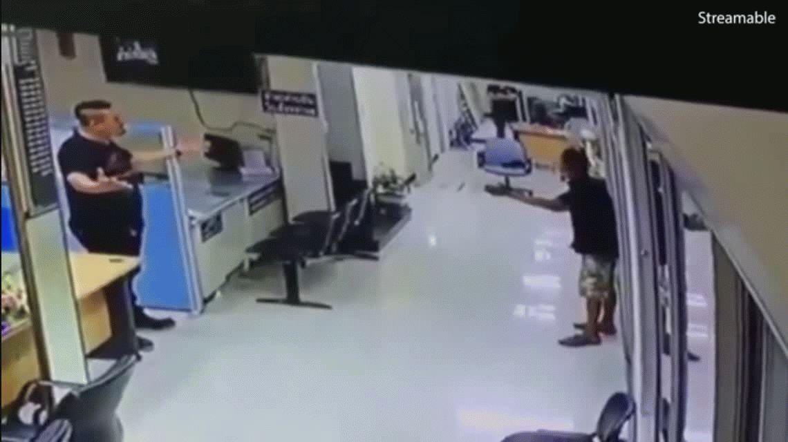 VIDEO: Entró a una comisaría con un cuchillo y un policía terminó abrazándolo