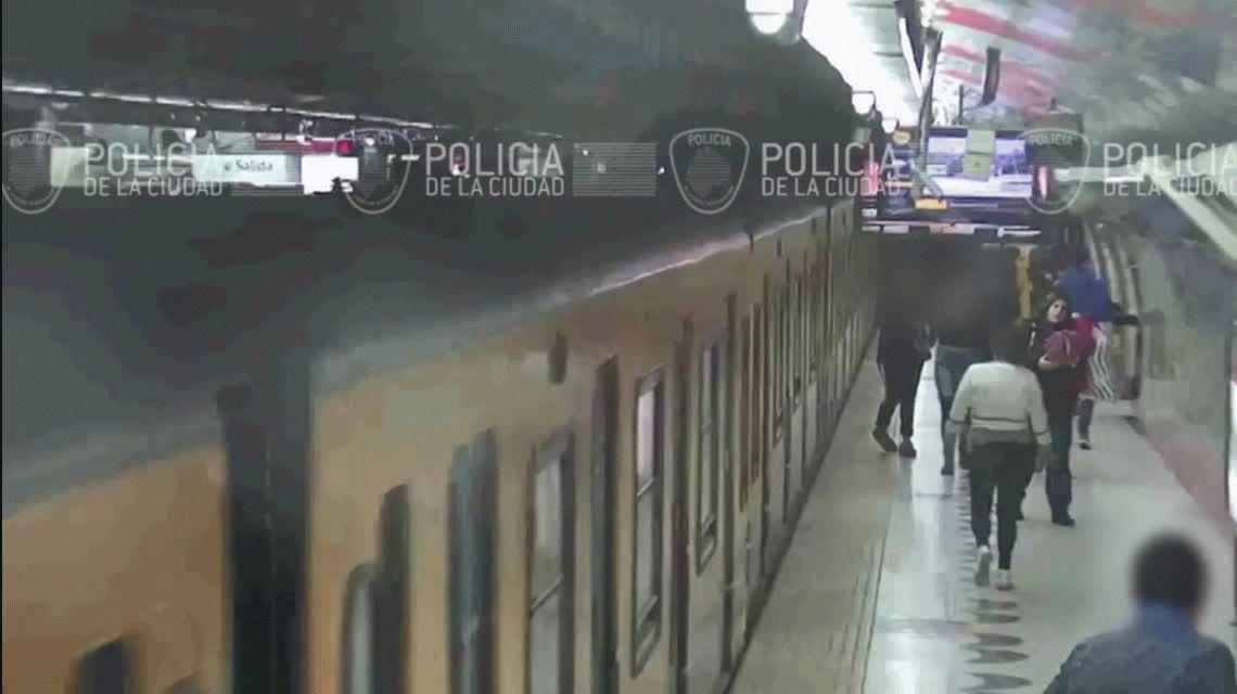 VIDEO: Así roban los celulares los trepa ventanas en el subte