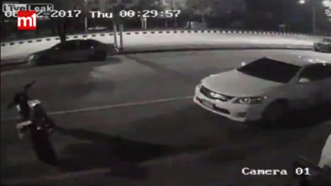 VIDEO: Se bajó del auto sin mirar por el espejo retrovisor y lo chocó una moto