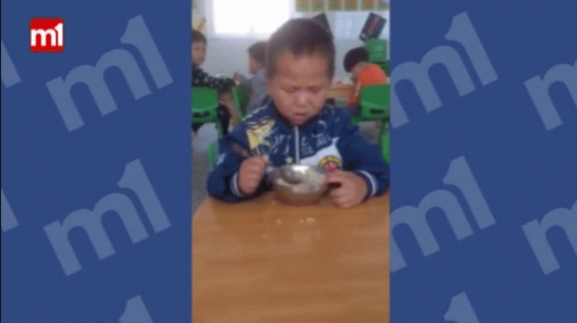 VIDEO: Un nene con mucho sueño que se duerme mientras come se vuelve viral