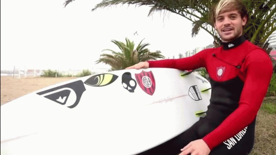 El mejor surfista argentino, Santiago Muñiz, estrenó un traje bien futbolero