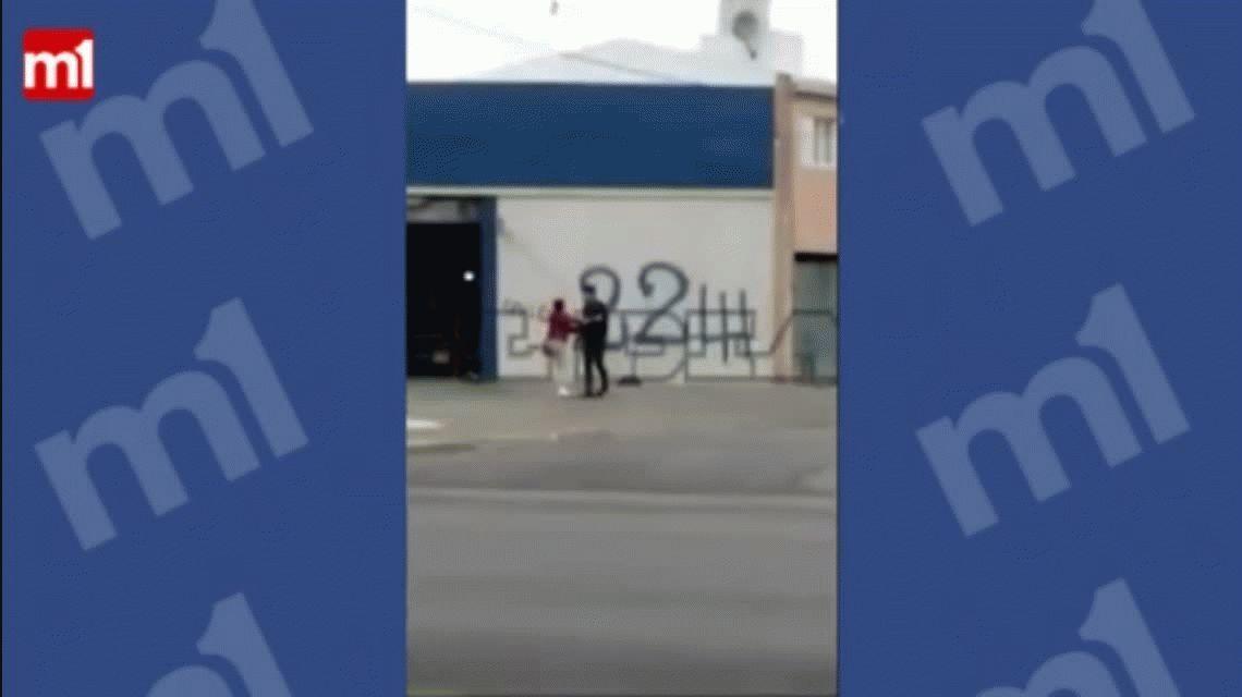 VIDEO: Un hombre le pega a su ex pareja en una calle de La Plata