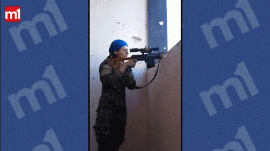 VIDEO: Una francotiradora kurda se salva por milagro de un tiro de ISIS