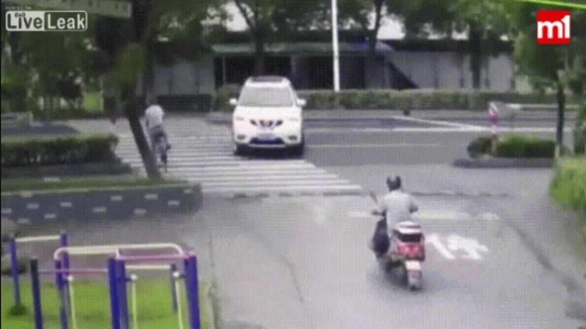 Un auto lo pasó volando por arriba, destruyó su bicicleta y él salvó de milagro