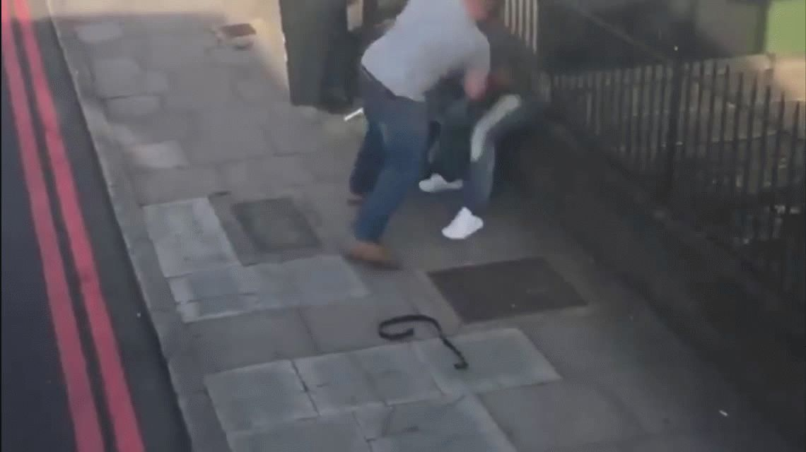 VIDEO: Brutal pelea callejera entre conductores en Londres