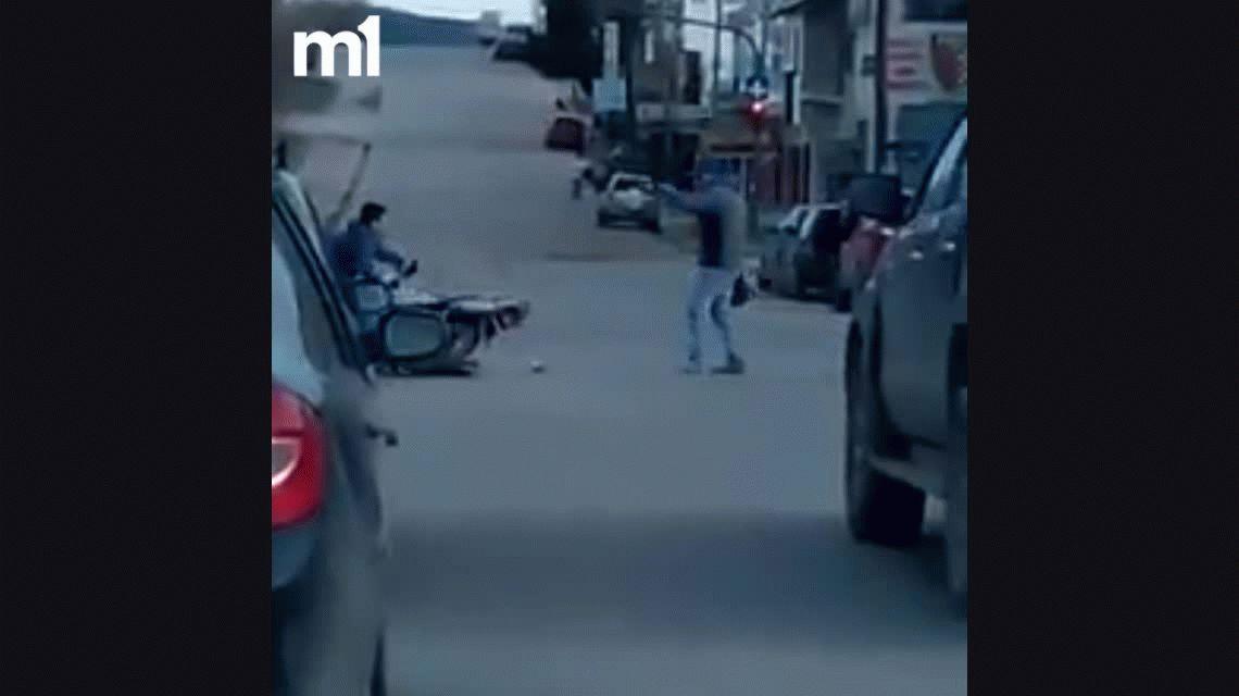 VIDEO: Le intentaron robar la moto y se defendió con el casco