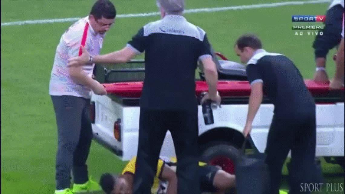 VIDEO: Lucão se tiró de la camilla que lo trasladaba para hacer tiempo