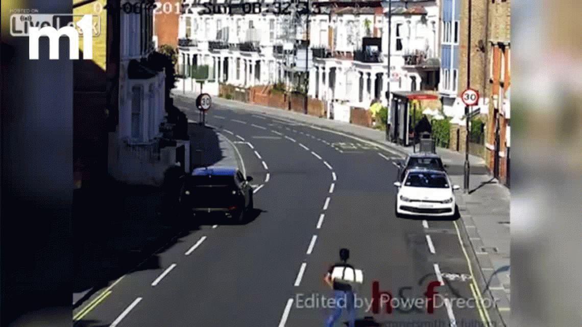 VIDEO: Robó el baúl, se escapaba en bicicleta y la policía lo atrapó atropellándolo