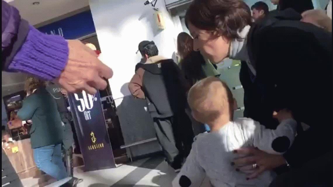 VIDEO: Perdieron un vuelo por llegar tarde y llenaron de insultos a un empleado