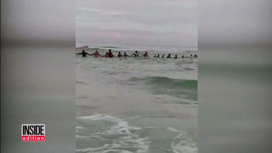 VIDEO: Hicieron una cadena humana y salvaron a una familia que se ahogaba