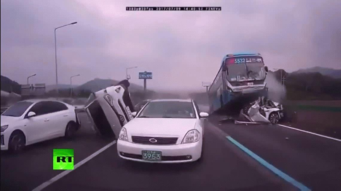 VIDEO: Choque de película en el que un colectivo se sube sobre otros autos