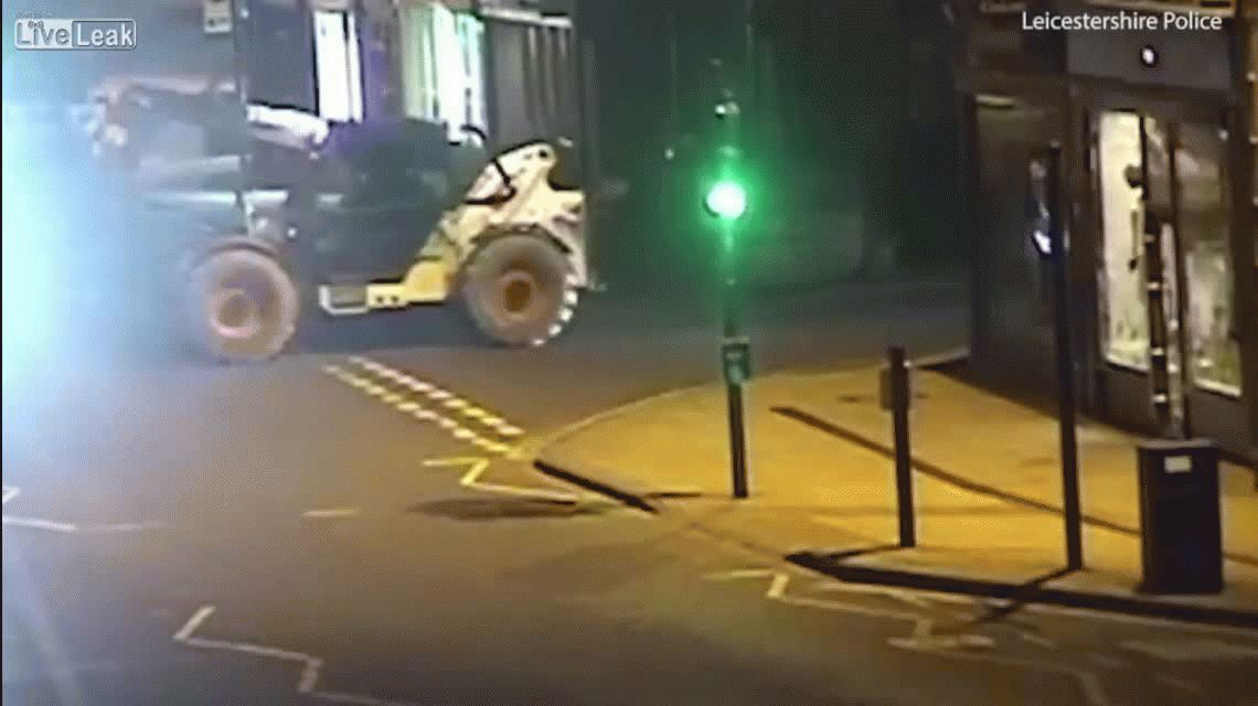 VIDEO: Usaron una máquina de construcción y una 4x4 para llevarse un cajero