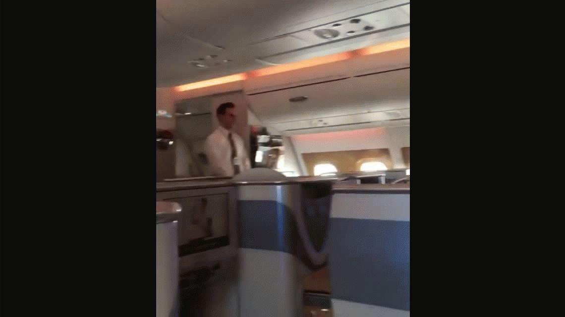 Un pasajero graba a una azafata reciclando el champán